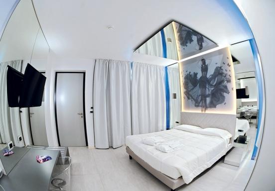 Camera Da Letto Con Specchio Sul Soffitto.Camera Specchi Hotel Camelia